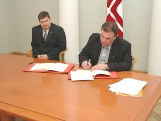 Sadarbības memoranda parakstīšana 2007.gadā. Andrejs Kanskis un Aigars Kalvītis